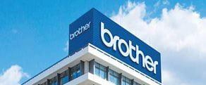 Bâtiment avec le logo blanc de Brother sur un fond bleu