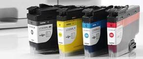 Brother LC3239XL inktpatronen met een inkjet printer op de achtergrond