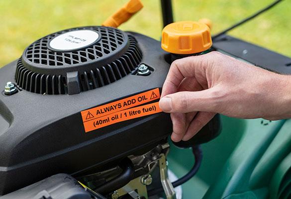 Fluorescerend oranje label op een grasmaaier