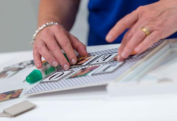 Vrouw is creatief aan het werk met kleurenlabels zonder inkt van Brother