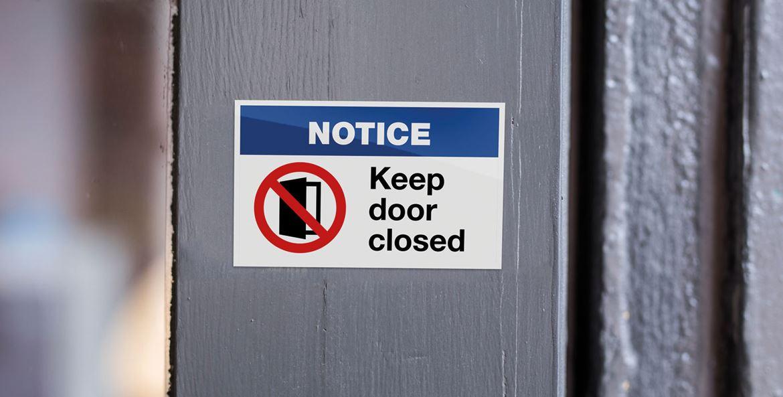 Bericht met opschrift hou de deur gesloten aub