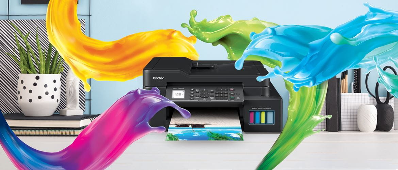 večfunkcijska naprava iz serije Ink Benefit Plus, ki stoji na mizi, narisani barvni curki