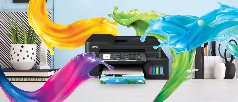 višenamjenski uređaj iz serije Ink Benefit Plus, koji stoji na stolu, obojen mlazima u boji