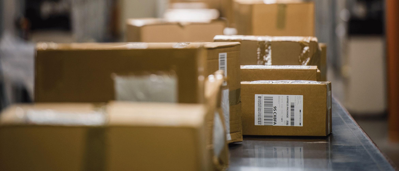 Označene smeđe kutije na transportnoj traci