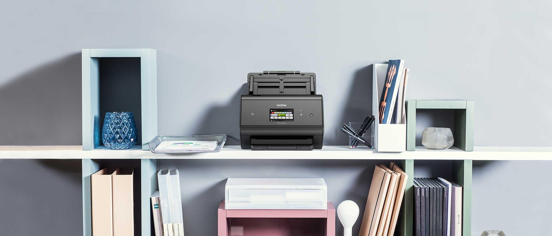 ADS-3600W namizni dokumentni skener na polici z beležnicami