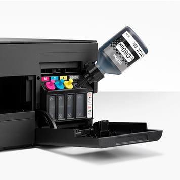 Flacon cu cerneală neagră umplând rezervorul imprimantei prin sistemului mâini libere