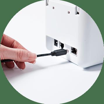 Připojení kabelu do zadní části stolní tiskárny Brother TD-2