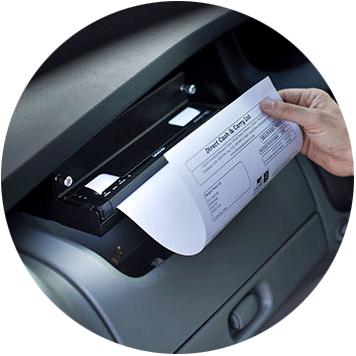 Brother PJ-7 nyomtató A4-es dokumentumot nyomtat járműben, egy opcionális tartóból
