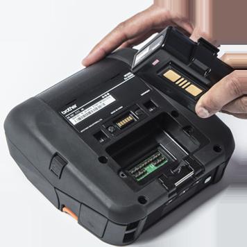 Kézzel veszi ki az akkumulátort egy mobil nyomtatóból