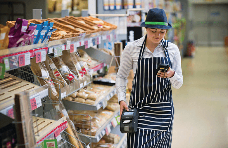 O angajata a magazinului merge in supermarket cu o imprimanta RJ la sold
