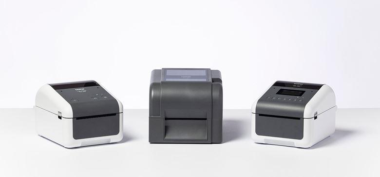 Trije tiskalniki Brother TD-4 v postavitvi z belim ozadjem