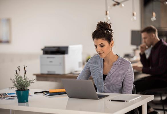 férfi és nő dolgoznak egy irodában