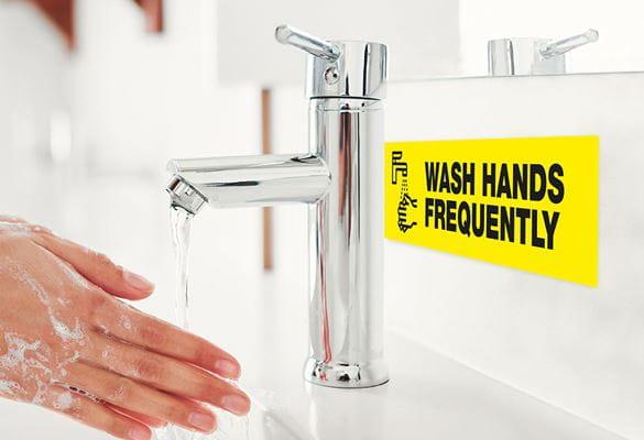 umývanie rúk pod tečúcou vodou, štítok s nápisom pravidelne si umývajte ruky