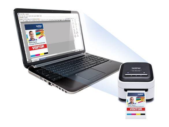 kolorowa drukarka etykiet Brother VC-500W i oprgoramowanie P-touch editor na laptopie