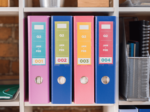 Kolorowe etykiety Brother na teczkach na segregatorach biurowych