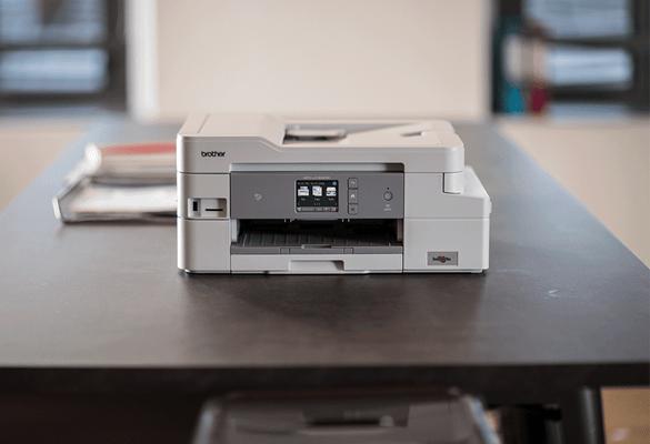 Přední pohled na bílou multifunkční inkoustovou tiskárnu