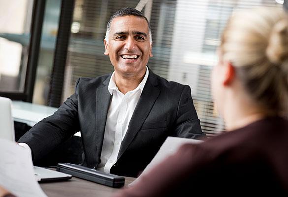 Biznesman śmiejący się do kobiety