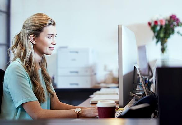 Kobieta pracująca na komputerze w biurze