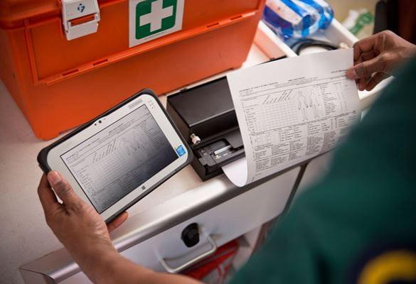 Служител отпечатва медицински документ на мобилен принтер