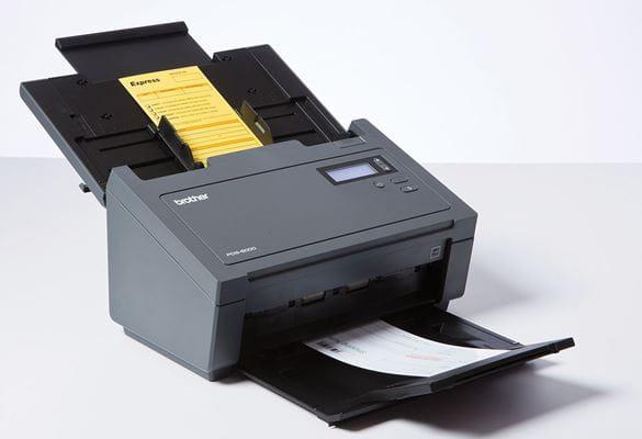 Profesionální šedý průchozí skener Brother s dokumenty v podavači