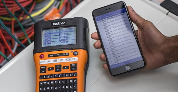 Urządzenie mobilne gotowe do przesyłania nowych identyfikatorów kabli do drukarki etykiet Brother PT-E550W