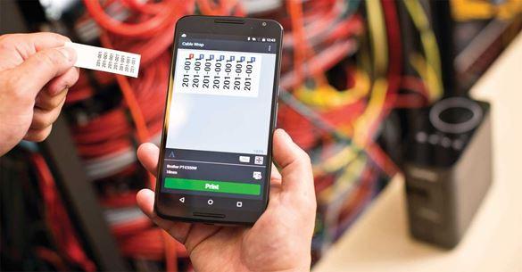 Naljepnica ispisana na Brother P-touch, u rukama radnika, radi prikazivanja ispisa naljepnica na mjestu