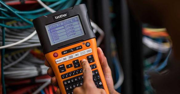 tiskalnik nalepk PT-E550W z ID-jem omrežnega kabla, izbranim za tiskanje