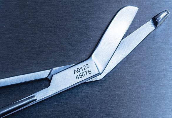 Nožnice označené elektrochemickým značením so Stencil páskou