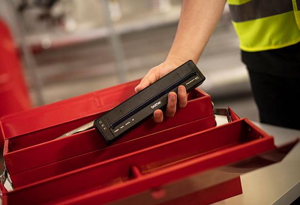 Tlačiareň Brother PJ je umiestnená do červenej pracovnej krabice