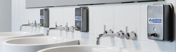 Három mosdó a fürdőszobában, a szappanadagolók brother p-touch felirattal ellátva