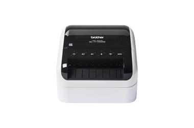 Stolní tiskárna štítků Brother QL na bílém pozadí