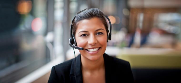 Ženska s spetimi lasmi sedi s slušalkami na glavi