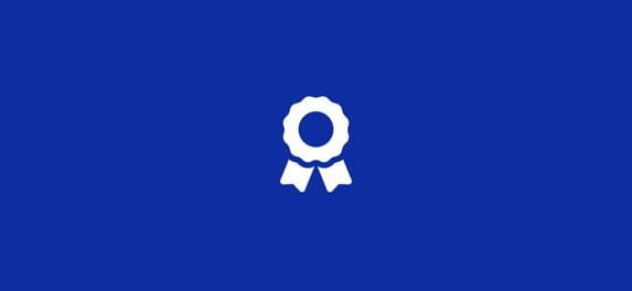 Син фон със сива икона за информация