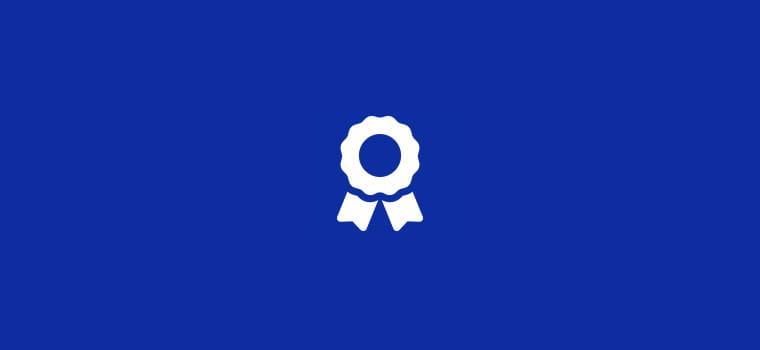 Bela ikona informacije na modrem ozadju