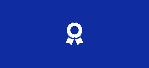 Kék háttéren fehér információs ikon