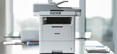 MFC-L6900DW poslovna črno-bela laserska večfunkcijska naprava na mizi v pisarni