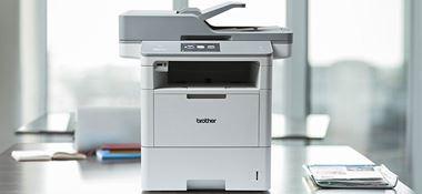 MFC-L6900DW poslovni crno-bijeli laserski višenamjenski uređaj na stolu u uredu