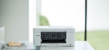 atramentowe urządzenie Brother MFC-J497DW stoi na biurku w domowym biurze