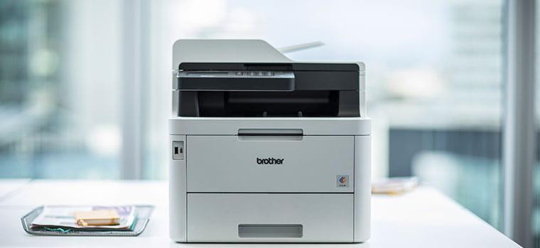 Brother MFC-L3270CDW színes lézernyomtató egy fehér asztalon az irodában