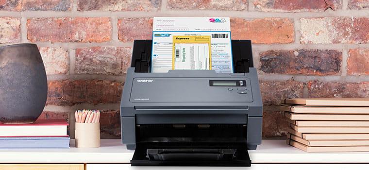 Scaner profesional PDS-6000 scanand un document, perete de caramida, vaza, agende