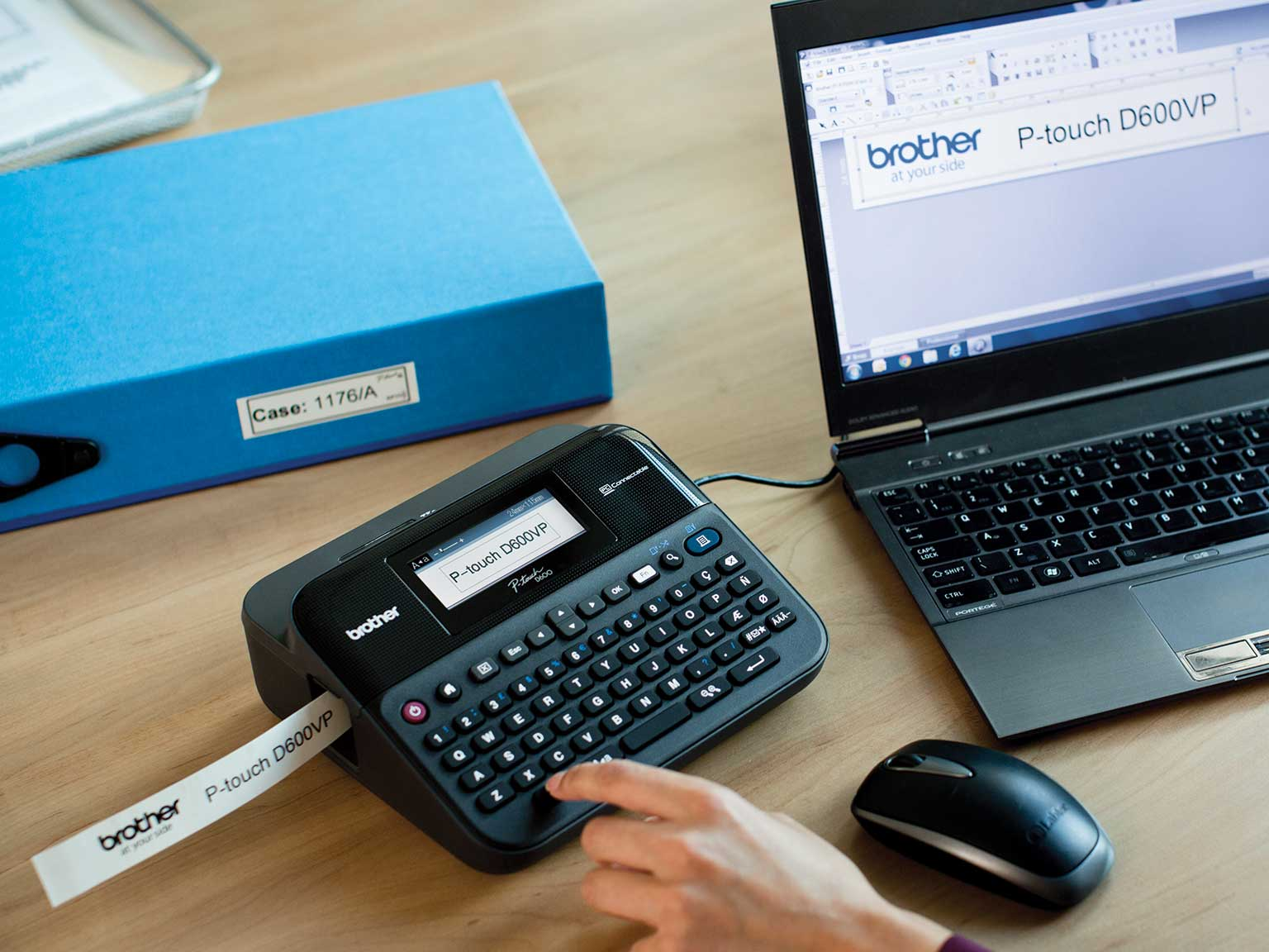 pisač izdržljivih naljepnica P-touch na uredskom stolu povezan s računalom