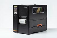 Imprimanta industrială de etichete Brother TJ, imprimând etichete, folosind rewinder intern