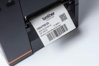 Eticheta cu cod de bare iesind din imprimanta industrială de etichete Brother TJ