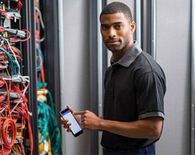 Tehnician de rețea care folosește aplicația Brother iLink & Label pe smartphone-ul său