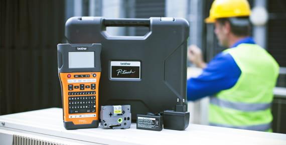 Brother P-touch E550W címkéző készülék, a háttérben szakemberrel