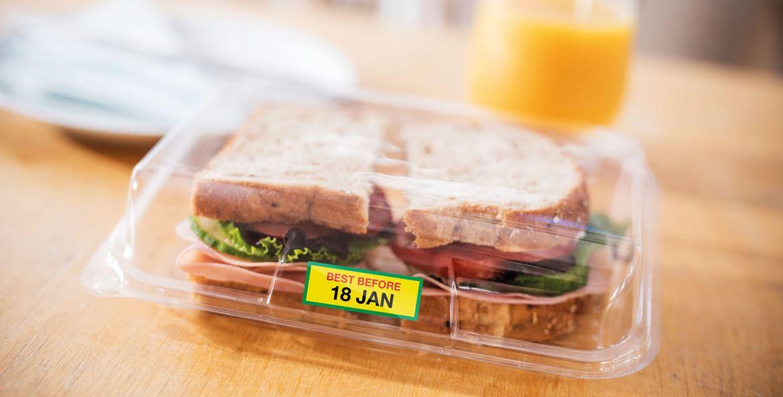Etichete color imprimate pe un Brother VC-500W lipite pe un ambalaj de sandvis