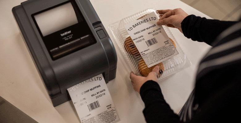 Balíček pečiva označený štítkem z tiskárny Brother TD-4T