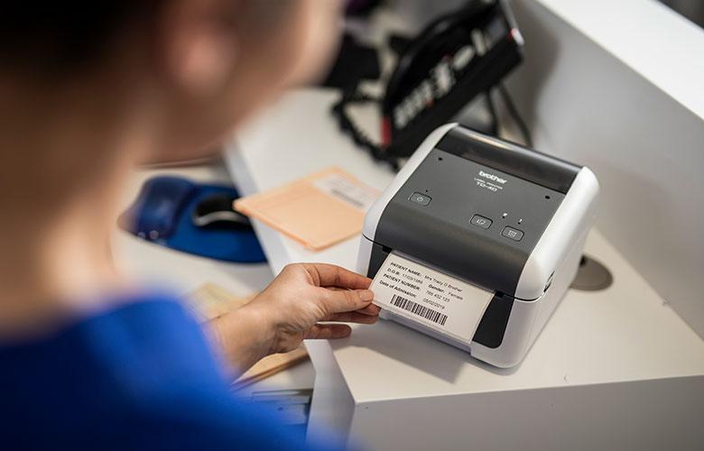 Tisk štítku pacienta ve zdravotním zařízení ze stolní tiskárny Brother TD