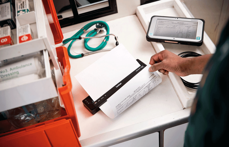 wózek w ambulansie z medycznym wyposażeniem i drukarką PJ drukującą notatki o pacjencie