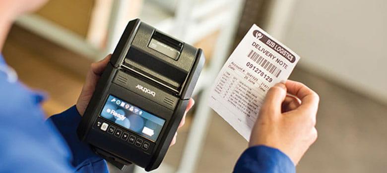 Doklad o přímém doručení do obchodu vytištěný z tiskárny Brother RJ-3 drženou v ruce